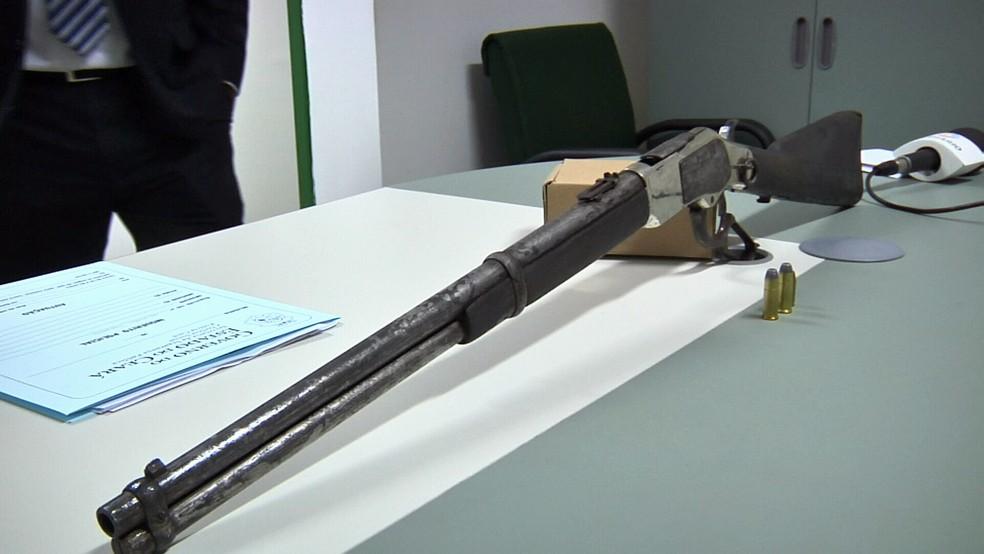 Com o criminoso polícia apreendeu um rifle ponto 40 de alto poder destruitivo.  (Foto: Leandro Silva/TV Verdes Mares)