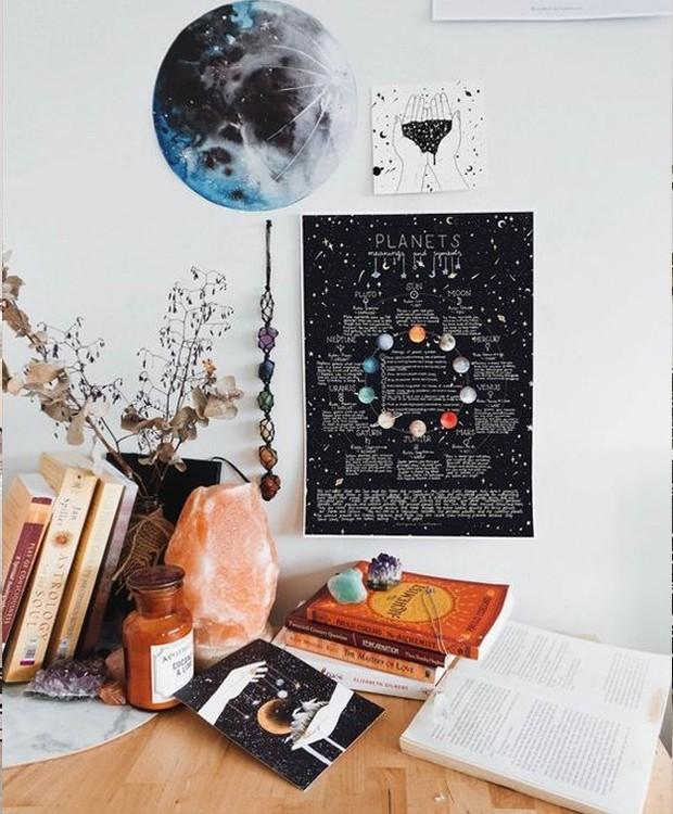 Pequenos quadros com desenhos do zodíaco dão charme à decoração (Foto: Pinterest/ Reprodução)