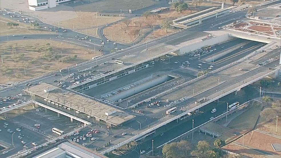 Imagem aérea mostra Rodoviária do Plano Piloto sem circulação de ônibus, em imagem de segunda-feira (Foto: TV Globo/Reprodução)
