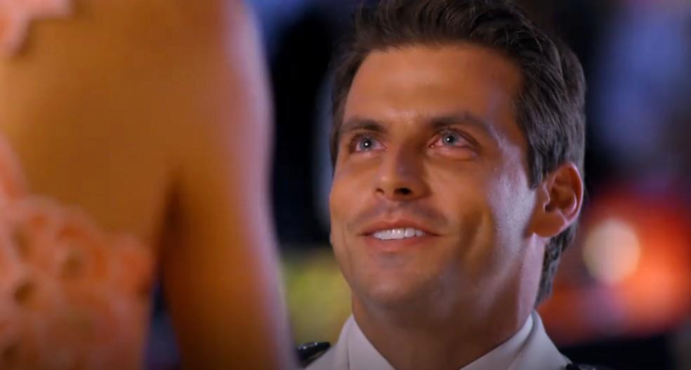 Cassiano (Henri Castelli) pede Ester (Grazi Massafera) em casamento durante a festa de Alberto (Igor Rickli), em 'Flor do Caribe' — Foto: Globo