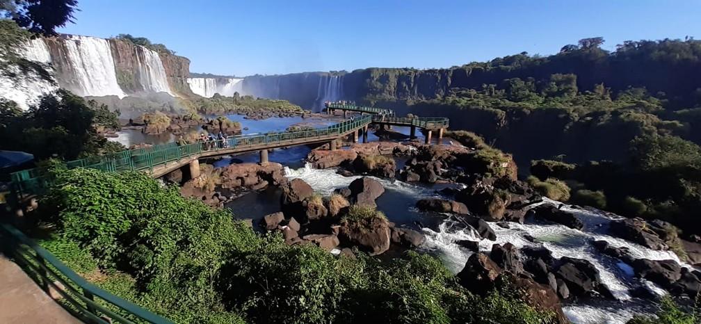 Pedras ficam evidentes com a baixa vazão do Rio Iguaçu — Foto: Nilton Rolin / Cataratas do Iguaçu