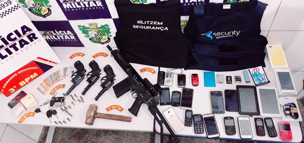 Objetos que estavam com os suspeitos foram apreendidos pela polícia (Foto: PM-MT)