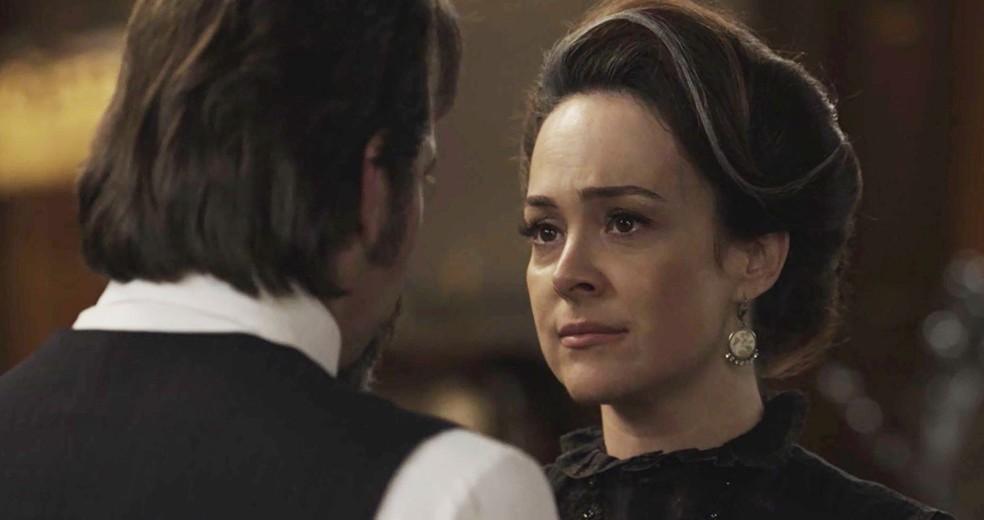 Aurélio pergunta para Julieta o que o detetive descobriu  (Foto: TV Globo)