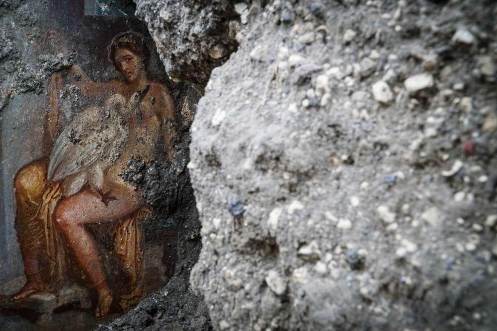 Afresco que retrata a rainha Leda e o deus Zeus como um cisne (Foto: Divulgação/ Cesare Abbate/ Pompeii Sites)
