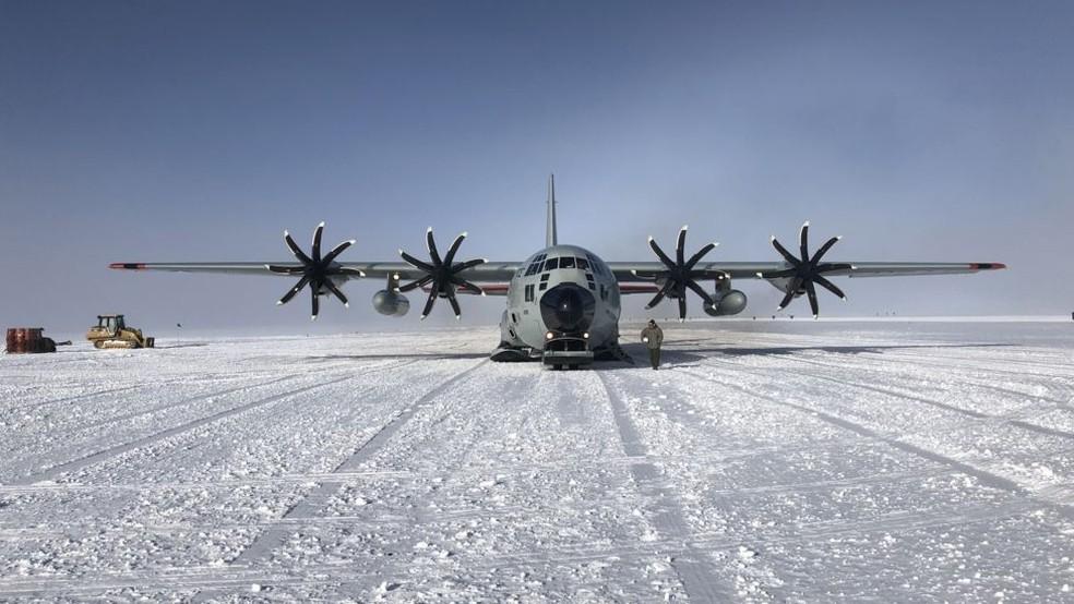 Avião que transporta pesquisadores no continente antártico — Foto: BBC