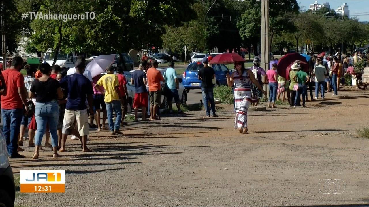 Palmenses formam fila gigante e enfrentam sol forte para receber auxílio emergencial