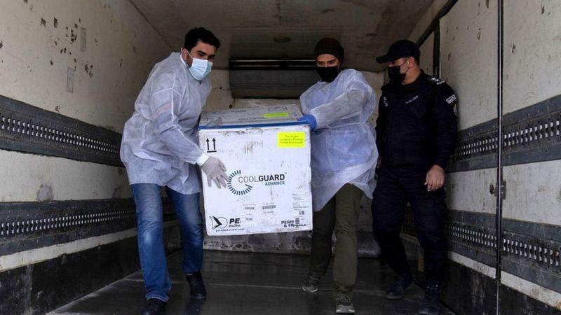 Israel começou a enviar vacinas para a Faixa de Gaza. Estima-se que 5 milhões de palestinos aguardem a vacina (Foto: Getty Images/BBC)