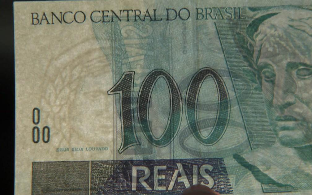 Detalhe de cédula falsa de R$ 100 que parece muito com nota real (Foto: Reprodução/TV Globo)