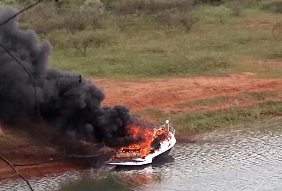 -  Lancha pegou fogo no Lago de Furnas, em Guapé  MG , nesta terça-feira  13   Foto: Reprodução/Redes Sociais