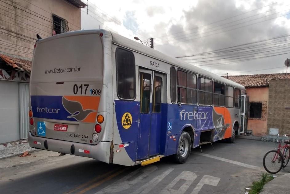 Ônibus é furtado de garagem e abandonado em rua da Grande Fortaleza
