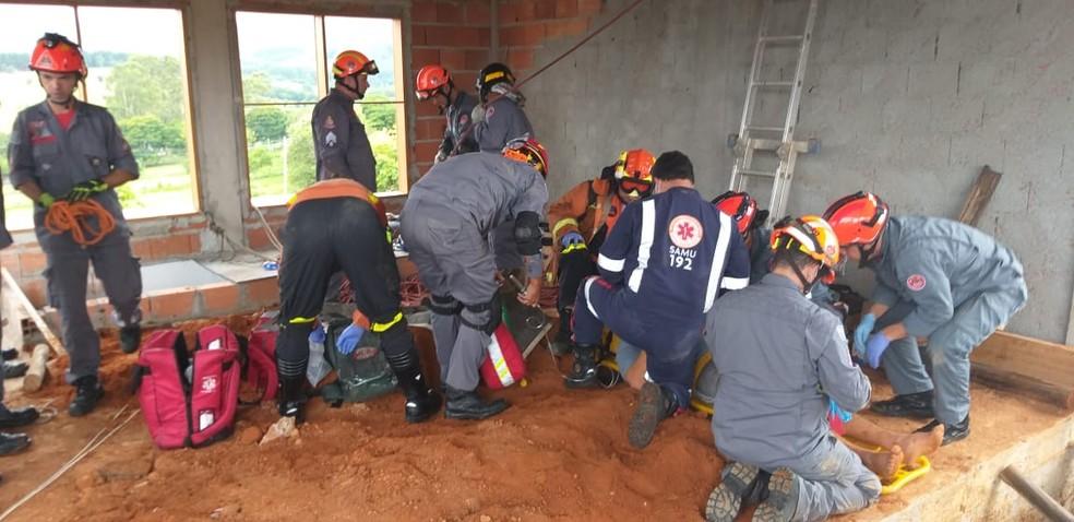 Homem é resgatado após ser soterrado em obra em Caçapava — Foto: Corpo de Bombeiros/Divulgação