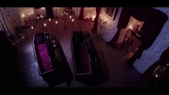 Pelo Mundo: Ganhadores de promoção passam noite no castelo do Conde Drácula