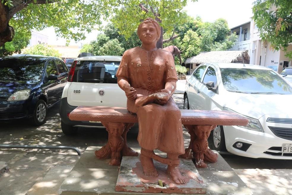 Estátua de Esperança Garcia no Centro de Artesanato Mestre Dezinho, localizado no Centro de Teresina — Foto: Ilanna Serena/g1