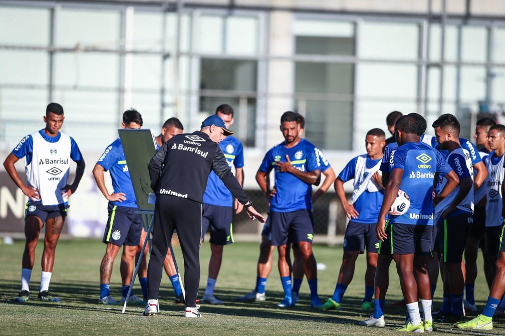 Tiago Nunes comandou o último treino do Grêmio antes do jogo contra o Lanús — Foto: Lucas Uebel/DVG/Grêmio