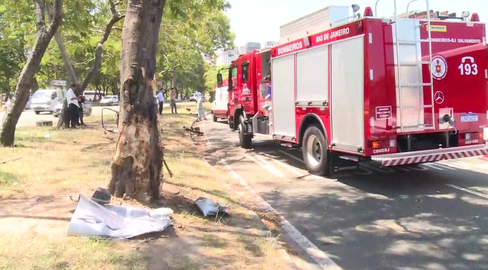 Carro teria batido em árvore antes de capotar, segundo testemunhas — Foto: Reprodução/TV Globo