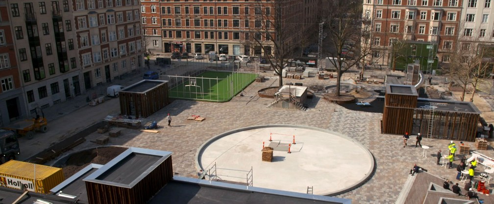 Praça Langelands, em Frederiksberg, na Dinamarca, recebeu tecnologia que funciona como uma esponja para absorver a água da chuva — Foto: Divulgação/ Rockwool