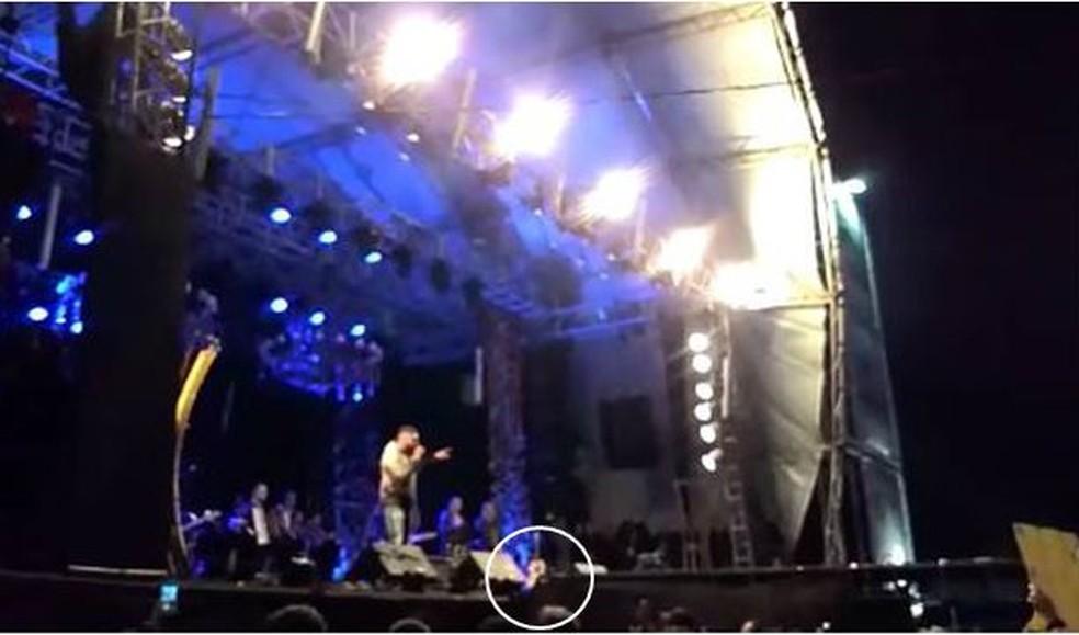 Após piso ceder, passarela fico acima do nível do palco, em show de Henrique e Juliano, no rodeio de Ibaté. (Foto: Reprodução)