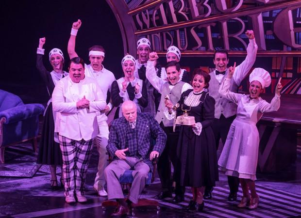 Elenco em cena do musical Annie, espetáculo que estreia nesta quinta-feira (30) (Foto: João Caldas)
