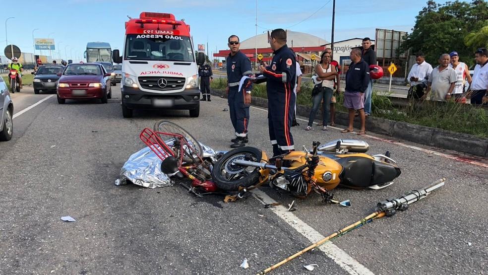 Acidente entre bicicleta e moto aconteceu na BR-230, em João Pessoa, próximo ao ginásio O Ronaldão (Foto: Walter Paparazzo/G1)