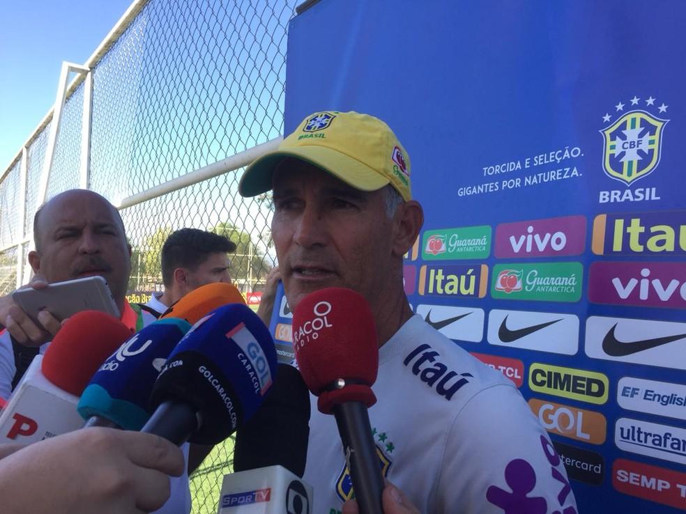 Carlos Amadeu concede entrevista coletiva em Rancagua — Foto: Raphael Zarko