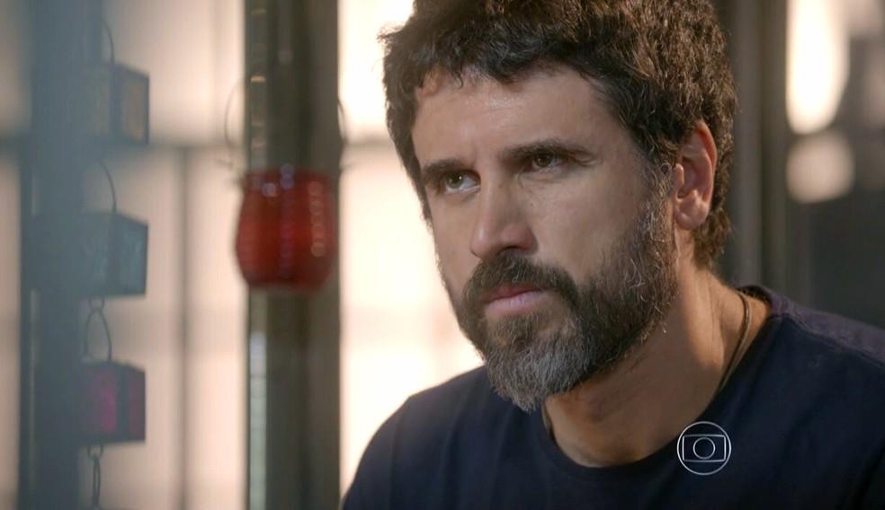 Gael (Eriberto Leão) manda Duca (Arthur Aguiar) se afastar de Bianca (Bruna Hamú) - 'Malhação Sonhos' — Foto: Globo