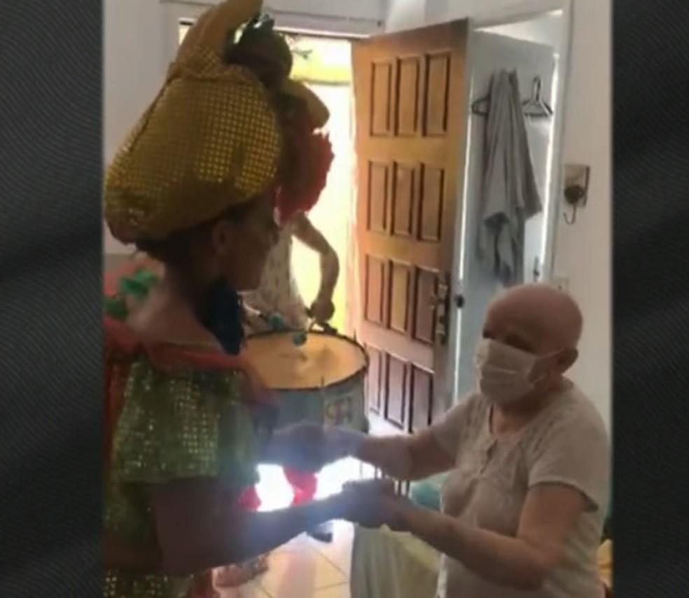 Filha surpreende mãe, que luta contra câncer, com banda de carnaval em casa — Foto: Reprodução