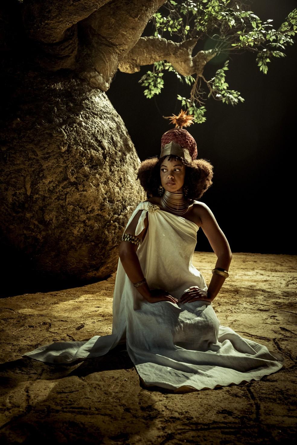 Baobá em proporções reais ficou pronto em duas semanas pela equipe de cenografia de 'Falas Negras'. Na foto, Heloísa Jorge vive a rainha Nzinga Mbandi — Foto: Victor Pollak/Globo