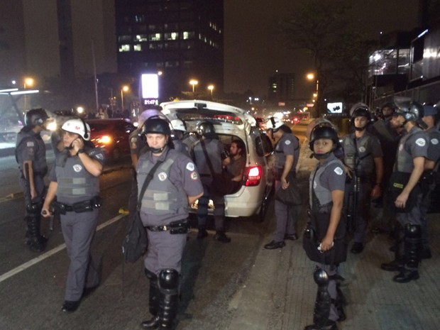 Manifestantes são presos após manifestação contra o governo Temer  em SP  (Foto: Glauco Araújo/ G1 )