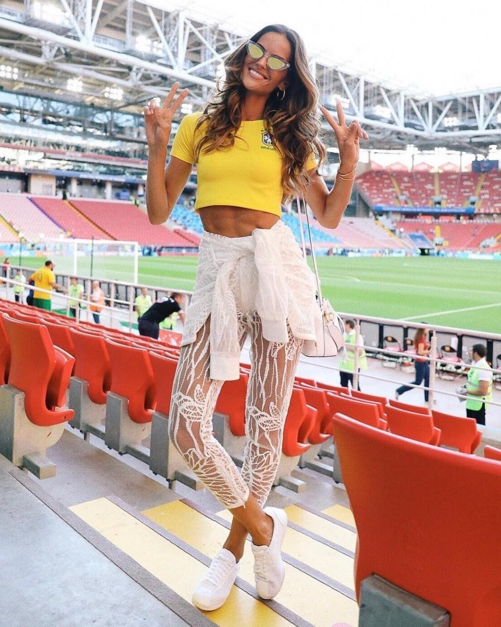 Izabel Goulart escolheu a camiseta amarela para torcer pelo Brasil (Foto: Reprodução/Instagram)