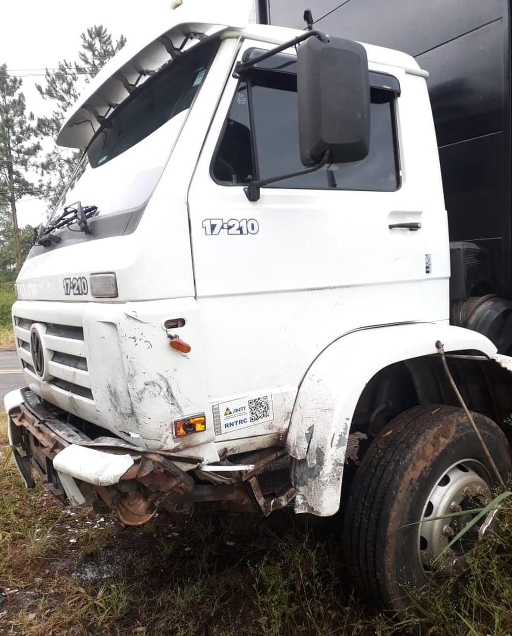Caminhoneiro não se feriu no acidente em Americana — Foto: Corpo de Bombeiros