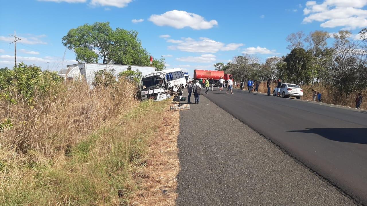Micro-ônibus e caminhões se envolvem em acidente na BR-153