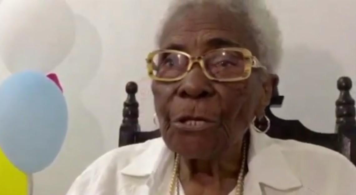 Idosa completa 109 anos e ganha festa surpresa de filhos e netos com carro de som e vídeo na Bahia