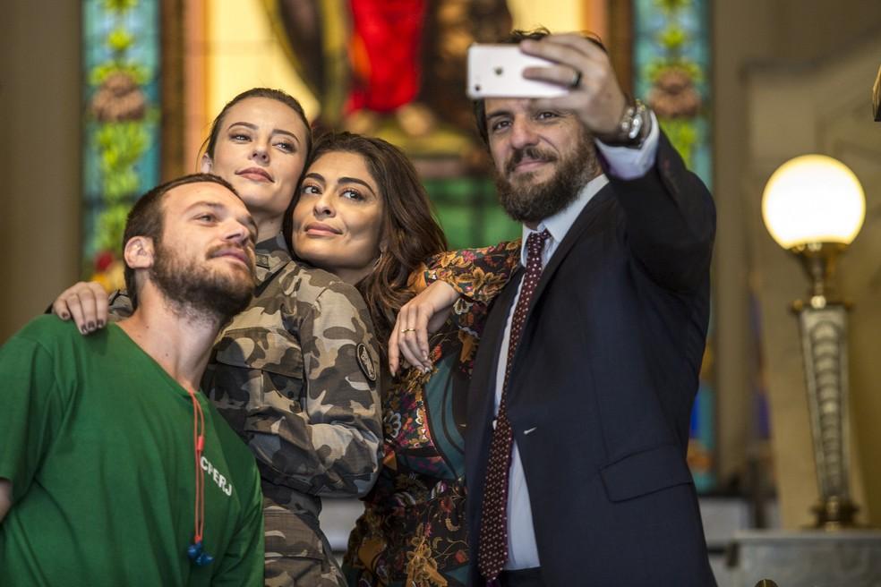 Emilio Dantas, Paolla Oliveira, Juliana Paes e Rodrigo Lombardi posam nos bastidores da gravação (Foto: Fábio Rocha/Gshow)