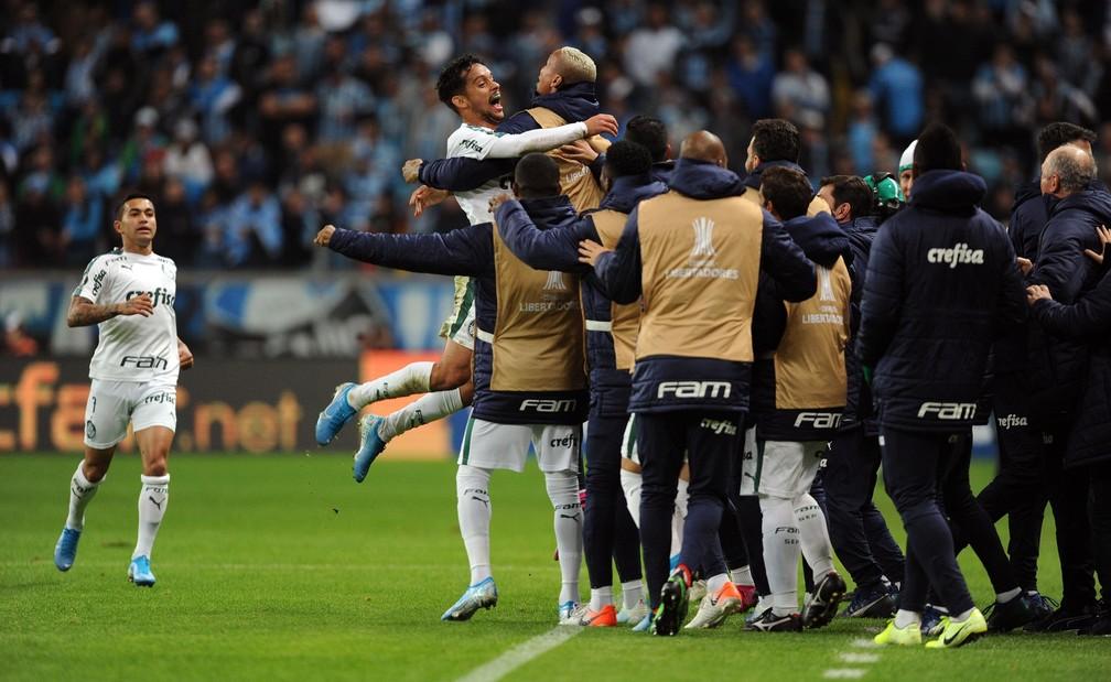 A comemoração do gol do Palmeiras em Porto Alegre, marcado por Gustavo Scarpa — Foto: Wesley Santos/Agência PressDigital