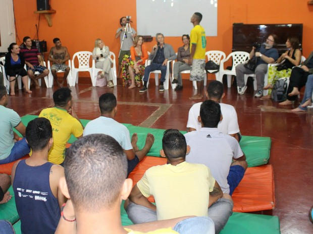 Reeducandos participam de terapia Constelação Familiar Sistêmica (Foto: Hosana Morais/G1)