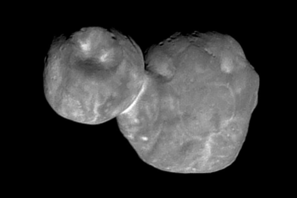 Segundo os cientistas, a Ultima Thule é um pequeno corpo feito de rocha e gelo e composto por dois objetos que se fundiram — Foto: Nasa