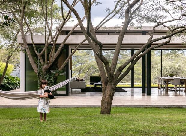 As árvores são aproveitadas não só para garantir estilo, mas para trazer o conforto em redes de balanço penduradas nos troncos (Foto: Deezen/ Reprodução)