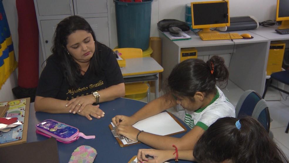 Professora tem formação em Libras e Braille — Foto: TV Paraíba/Reprodução