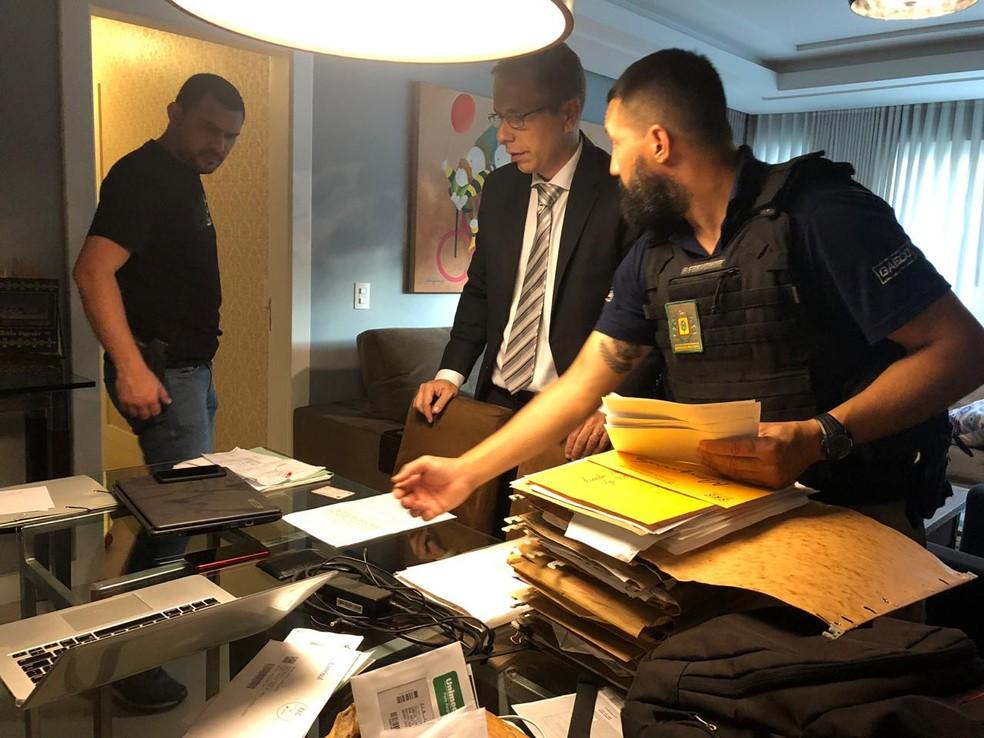 MP cumpre mandados de busca e apreensão em residências de ex-dirigentes do Inter — Foto: Marjuliê Martins/MPRS