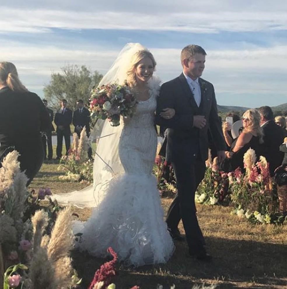 Bailee Ackerman e Will Byler durante a cerimônia de seu casamento — Foto: Reprodução/Instagram/CarolineFlippin