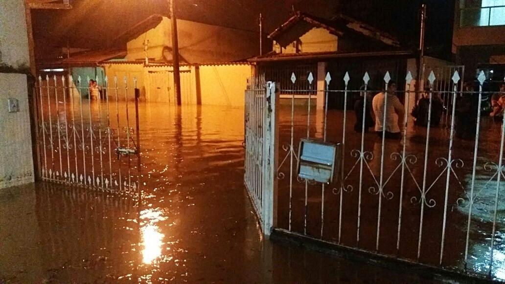 Quinze famílias são resgatadas durante forte chuva em Pouso Alegre, MG