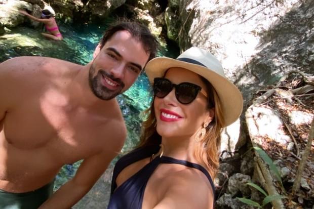 Renata Dominguez e o noivo celebram noivado em Cancún (Foto: Reprodução)