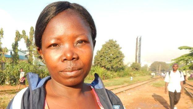 Jennifer Namulembwa trabalha como faxineira e caminha uma hora e meia diariamente para chegar ao trabalho; ela preferiria ir de carro, se pudesse (Foto: Divulgação BBC)