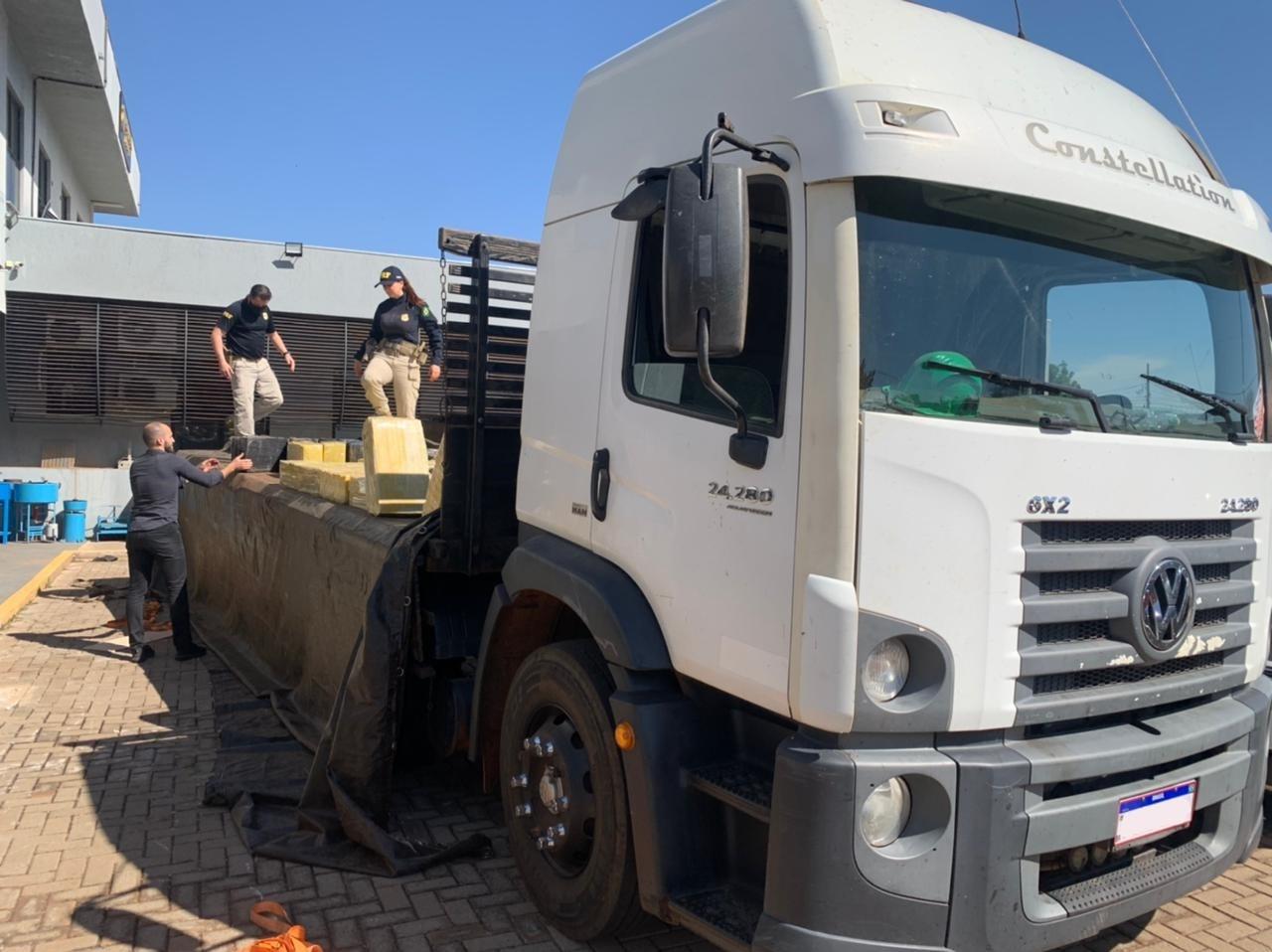 Motorista é preso com 3 toneladas de maconha dentro de caminhão, em Iguaraçu