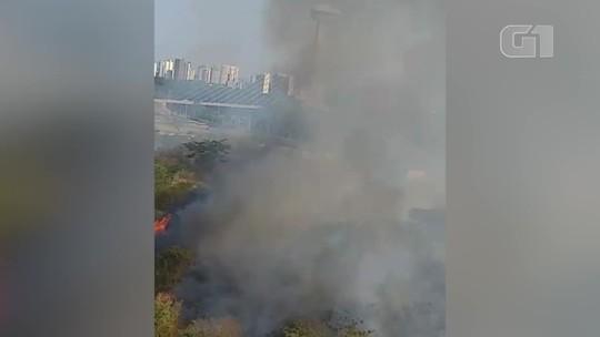 Incêndio em terreno baldio põe em risco central de gás de condomínio em Teresina