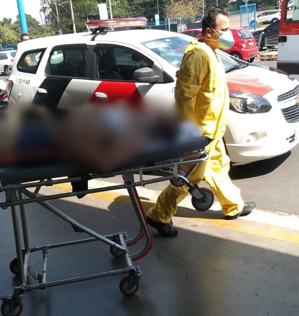 Paciente foi colocado em uma maca e levado de volta ao hospital em Catanduva  — Foto: Arquivo Pessoal