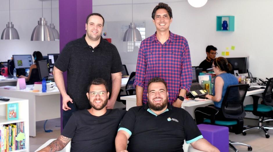 Sócios Dentro da História: da esquerda para a direita em pé, Flávio Aguiar e Felipe Paniago; sentados, Diego Moraes e André Campelo (Foto: Divulgação)