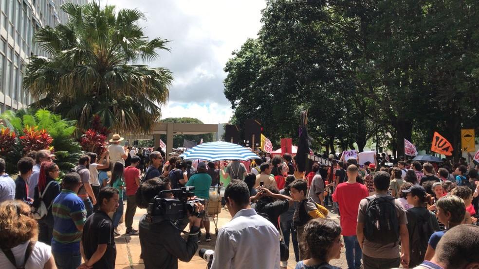 Estudantes, professores e servidores da UnB fazem protesto no Eixo Monumental (Foto: Ana Luiza de Carvalho/G1)