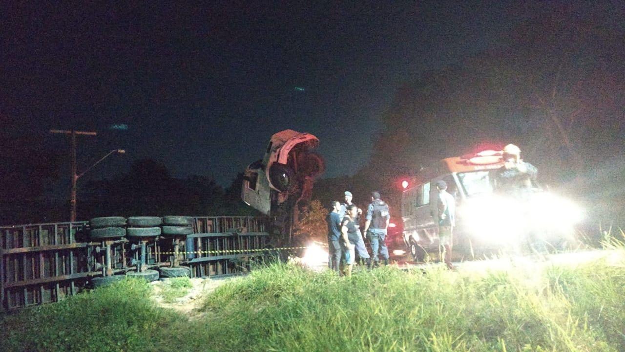 Carreta com carga de açúcar tomba em estrada na Zona Oeste de Manaus