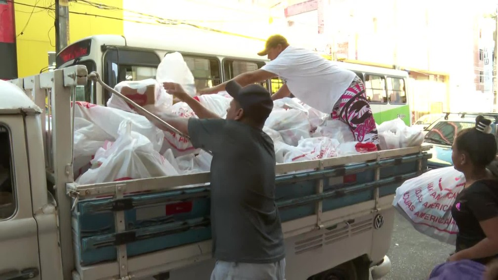 No Centro do Recife, amigos fretaram uma Kombi para levar as compras — Foto: Reprodução/TV Globo